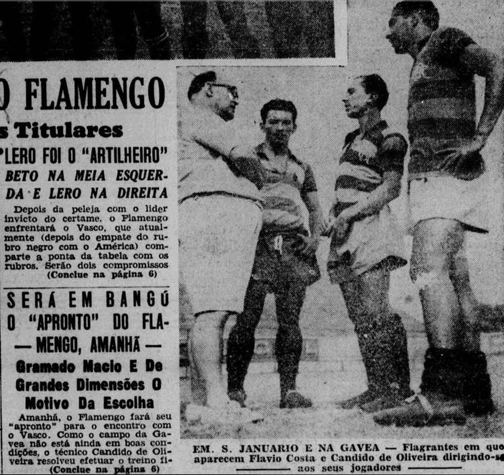 De bermuda, Cândido de Oliveira aparece com jogadores do Flamengo — Foto: Reprodução / Jornal dos Sports