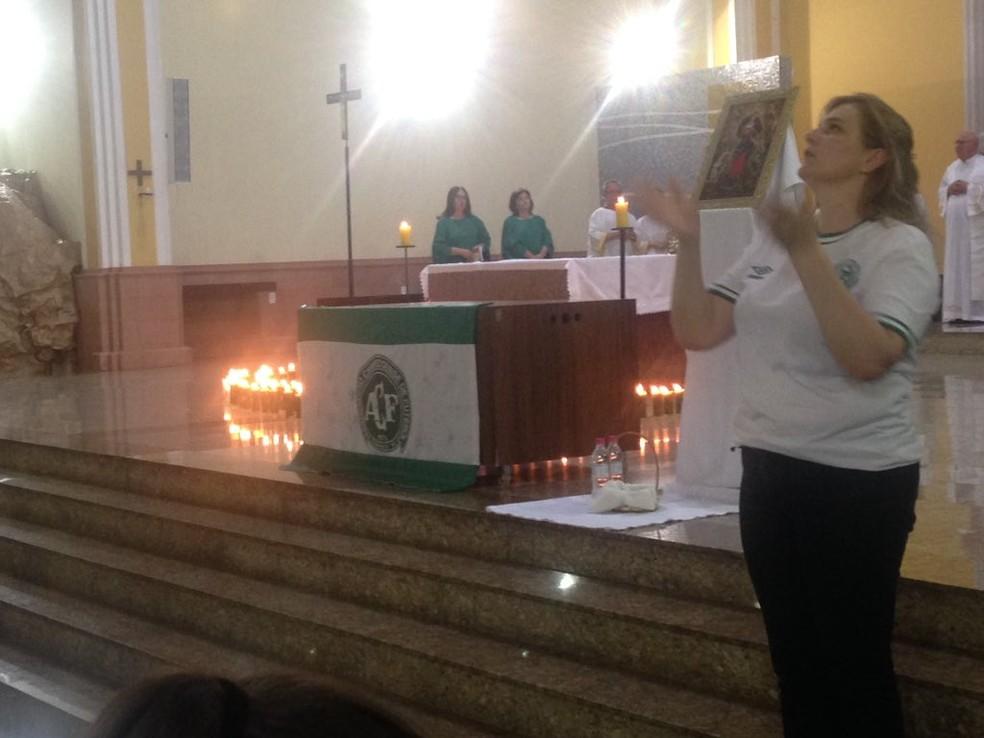 Bandeira da Chapecoense foi colocada no altar na catedral de Chapecó na noite desta quarta-feira (29) em homenagem às vítimas do acidente aéreo (Foto: Eduardo Florão/GloboEsporte.com)