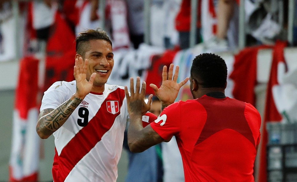 Sorriso no rosto: Guerrero comemora com companheiro (Foto: Stefan Wermuth / Reuters)
