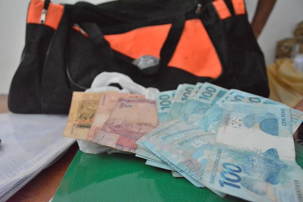 Dinheiro encontrado por garis dentro de bolsa perdida na cidade de Santa Luz, na Bahia — Foto: Uoston Pereira/Site Notícias de Santaluz