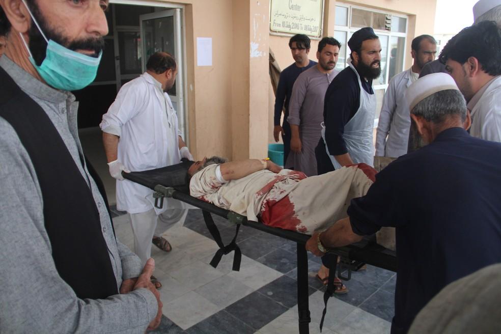 Afegão ferido é levado para o hospital após explosão em mesquita deixar mais de 10 mortos no Afeganistão. (Foto: Farid Zahir/France Presse)