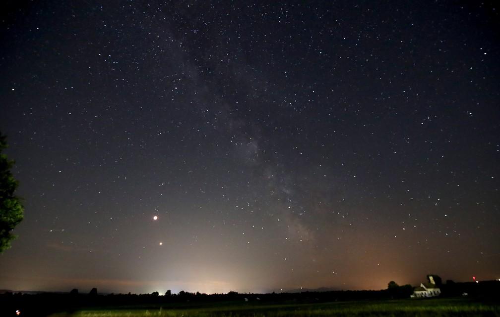 Céu visto na região de Munique, na Alemanha, em noite de eclipse lunar (Foto: Michael Dalder/Reuters)
