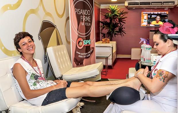 Victor Meyniel recebe uma massagem do Spa do Pé (Foto: Selmy Yassuda/QUEM)