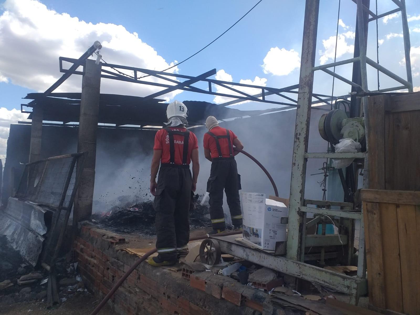 Incêndio atinge fábrica de reciclagem em Forquilha, no Ceará