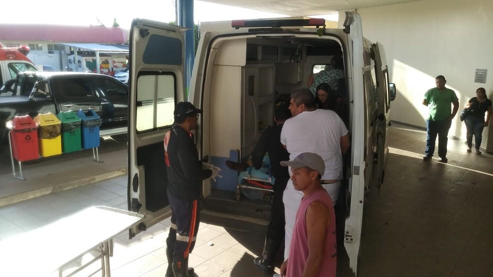 Ambulância chega ao Hospital Geral de Roraima — Foto: Jackson Felix/G1