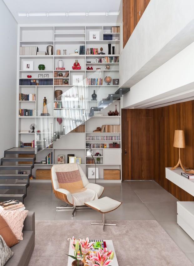 O espírito dos lofts nova-iorquinos está presente neste apartamento de 130 m². Tudo graças ao projeto do escritório Rocco, Vidal + Arquitetos, que redistribuiu e personalizou os espaços. A estante de laca tem a altura do pé-direito duplo e fica no canto d (Foto:  Lufe Gomes/Casa e Jardim)