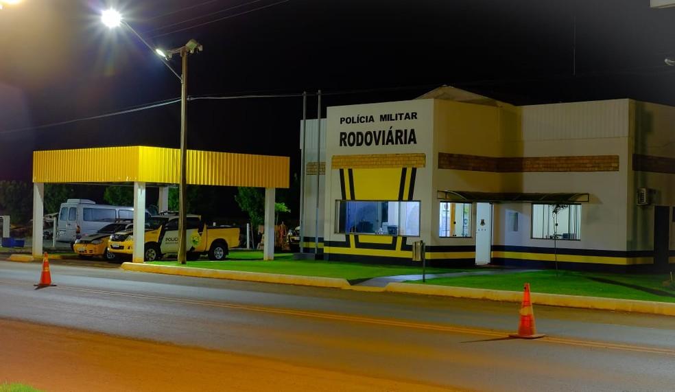 Segundo a PRE, motoristas avisaram que a criança estava sozinha na rodovia, em Marechal Cândido Rondon — Foto: PRE/Divulgação