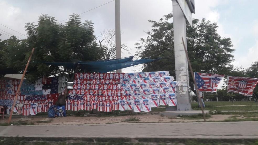 Mesmo sem jogo, de dentro do taxi, foi possível registrar camisas do Junior à venda perto do estádio (Foto: Bruno Giufrida)