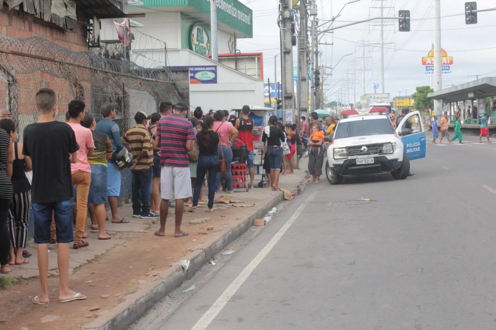 Polícia Militar acompanha movimentação em agência de Manaus — Foto: Eliana Nascimento