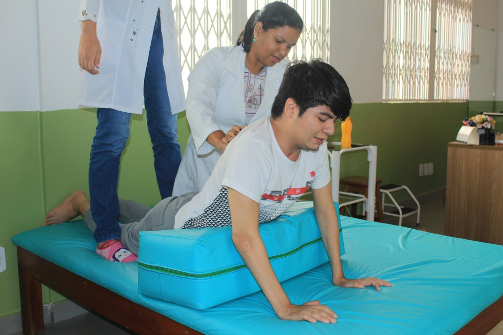 Breno Seade faz sessões de fisioterapia neurofuncional diariamente  (Foto: Geovane Brito/G1)