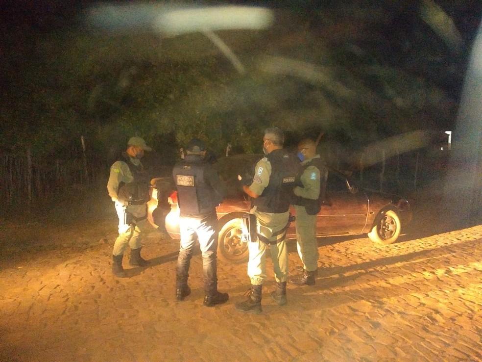 Carro abandonado pelo suspeito quando ele estava sendo perseguido pela Polícia Militar, cerca de uma semana antes da prisão.  — Foto: Polícia Militar