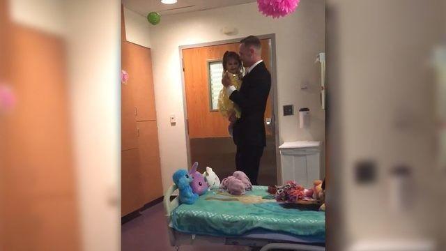Pai prepara surpresa e dança com filha em hospital (Foto: Reprodução Facebook)