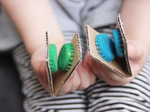 Com sucata, as crianças fazem os próprios instrumentos (Foto: Anny Meisler)