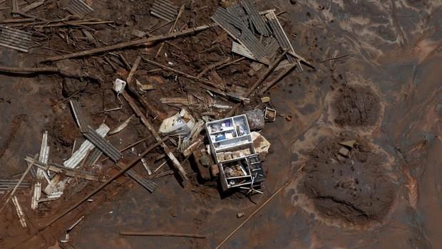 Armário é visto entre os destroços do distrito Bento Rodrigues, que foi coberto de lama após estouro da barragem de Mariana, que pertence à mineradora Samarco, em novembro de 2016 (Foto: Ricardo Moraes/Reuters)