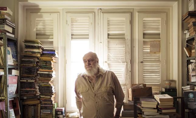 Aldir Blanc em seu apartamento, na época de seus 70 anos, em 2016