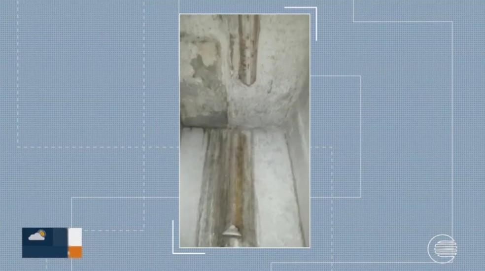 Banheiro de enfermaria da maternidade com infiltrações — Foto: Reprodução/TV Clube