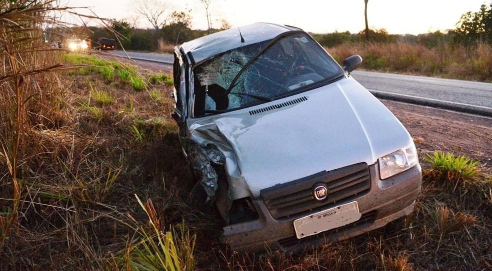 Carro ficou com a lateral destruída após colisão (Foto: Surgiu/Divulgação)
