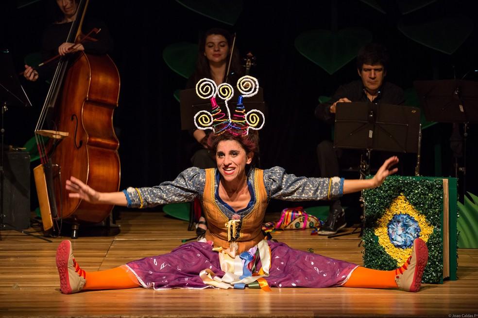 A atriz Andréa Bassitt durante a peça 'Operilda na Orquestra Amazônica', que será apresentada em Brasília no Dia das Crianças (Foto: João Caldas/Divulgação)