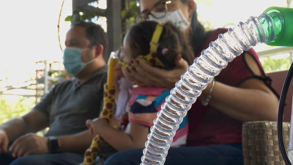 Marina Ciminelli, de um ano de nove meses, acompanhada da mãe, Deilla, e o pai, Samuel — Foto: TV Globo/Reprodução