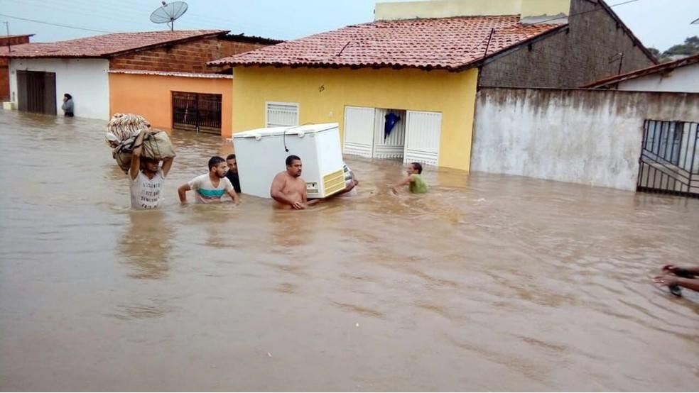 Moradores tentam salvar alguns objetos de casas que ficaram alagadas no município de Tuntum (MA). (Foto: Divulgação/Paulino Silva)