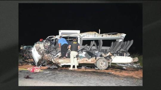 Batida entre van e caminhão deixa 4 mortos em rodovia da Bahia