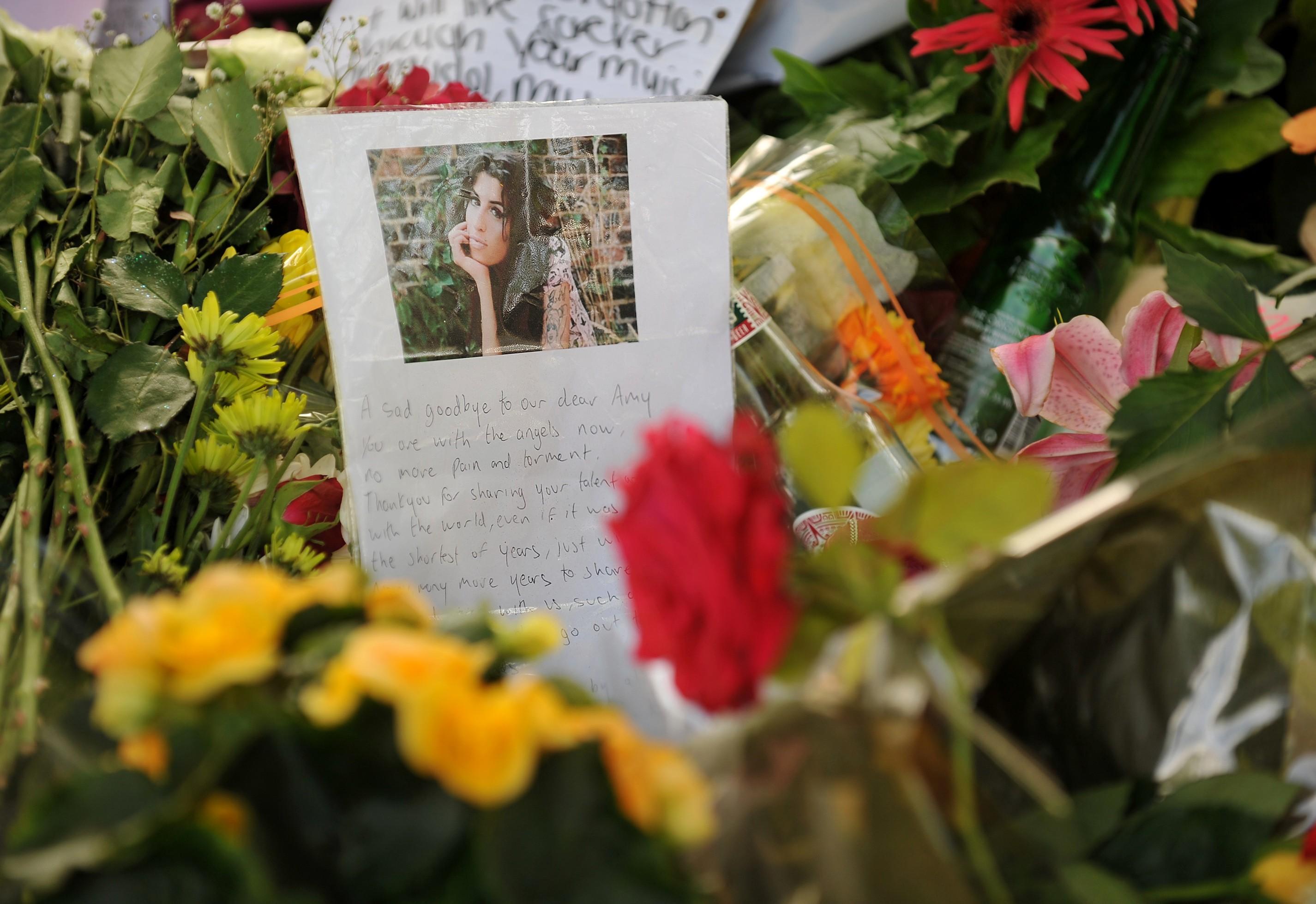 Homenagens de fãs, deixados próximo à casa de Amy Winehouse