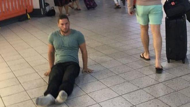 Justin Levene diz que se sentiu humilhado por não ter uma cadeira que ele mesmo pudesse conduzir e então optou por se arrastar pelo chão do aeroporto de Luton (Foto: Justin Levene/BBC)