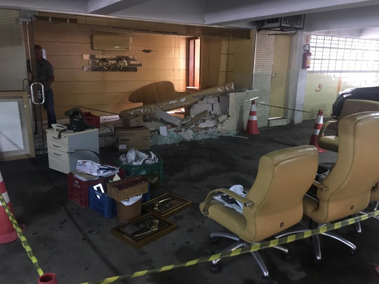 Carro de luxo invade escritório de posto de combustíveis em Porto Alegre - Notícias - Plantão Diário