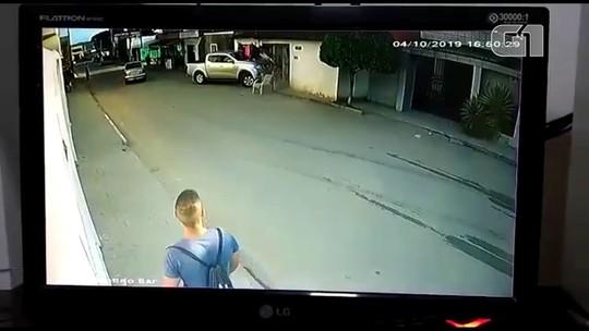 Mulher é atropelada por caminhonete e câmera flagra acidente; veja vídeo