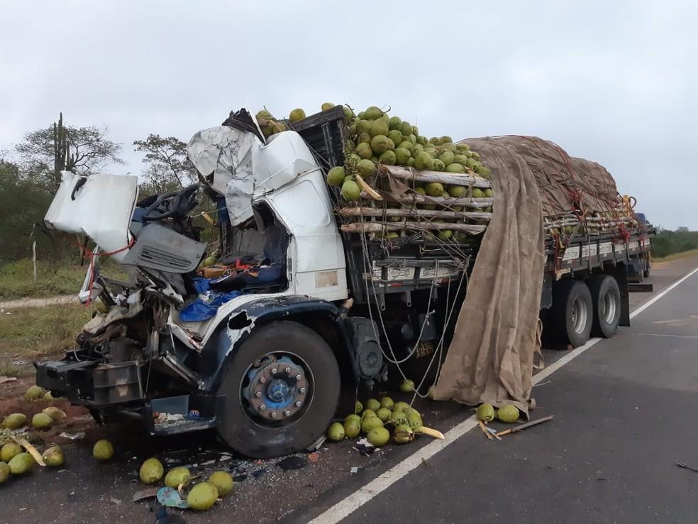 Cabine do caminhão onde estavam as 4 vítimas ficou completamente destruída — Foto: PRF/ Divulgação