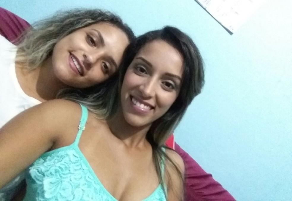 Érica e a irmã Débora, em Santos, SP. (Foto: Arquivo Pessoal)