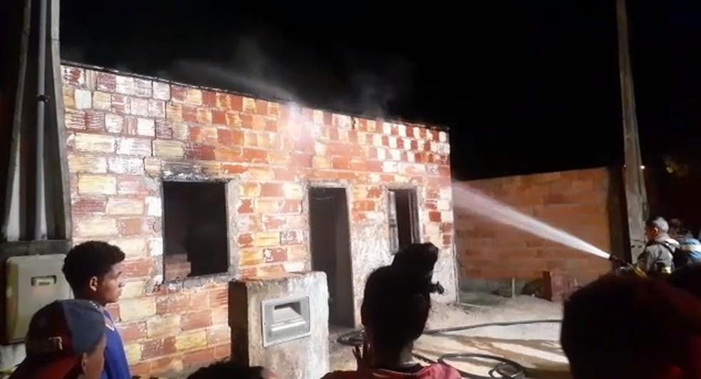 Bombeiros apagaram fogo na casa onde crianças foram encontradas mortas — Foto: Reprodução