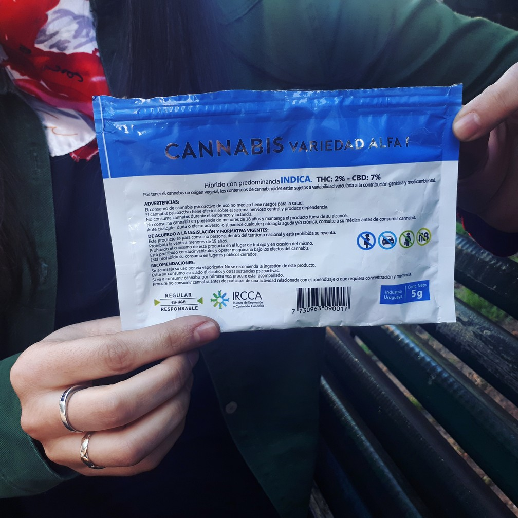 Pacote de maconha tipo Indica, com informações exigidas pelo governo do Uruguai — Foto: Carolina Dantas/G1