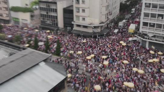 Vídeo mostra folião caindo após encostar em poste durante bloco na Rua Consolação