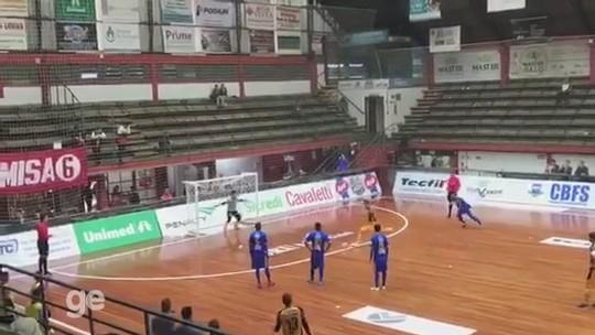 """""""A ficha caiu depois do jogo"""" diz goleiro do Constelação após defender pênalti de Falcão"""