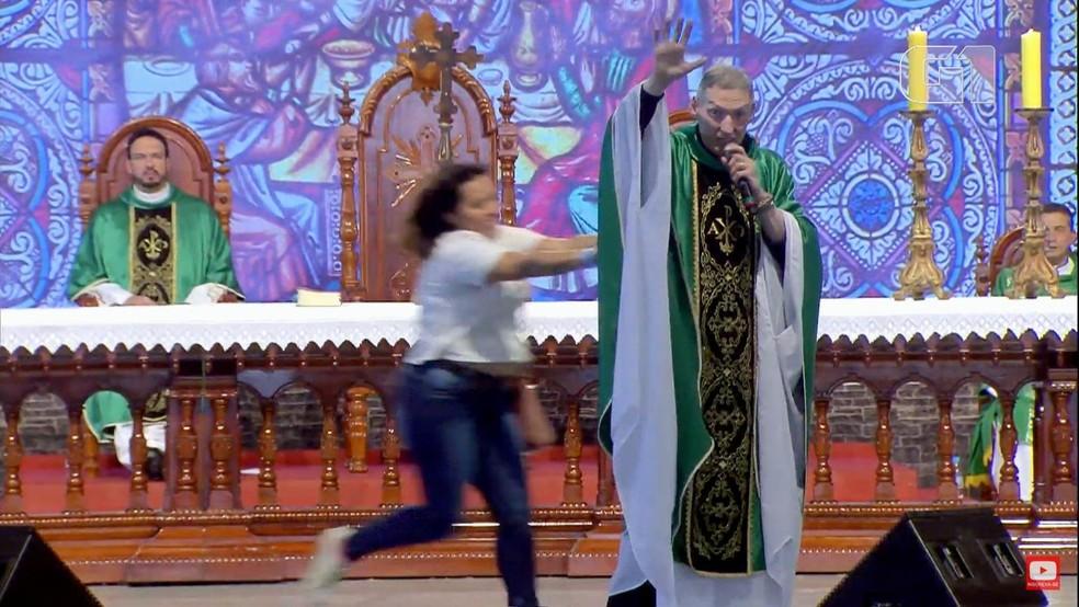 Mulher empurrou padre durante missa na Canção Nova — Foto: Reprodução