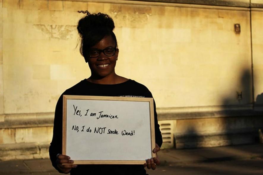 Estudantes Seguram Cartazes Com Respostas Para Frases Racistas Que