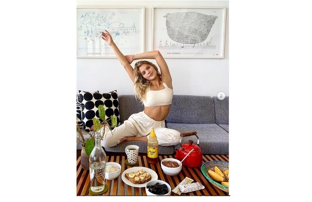 Isabella mostra o café da manhã na sala de seu lar (Foto: Reprodução)