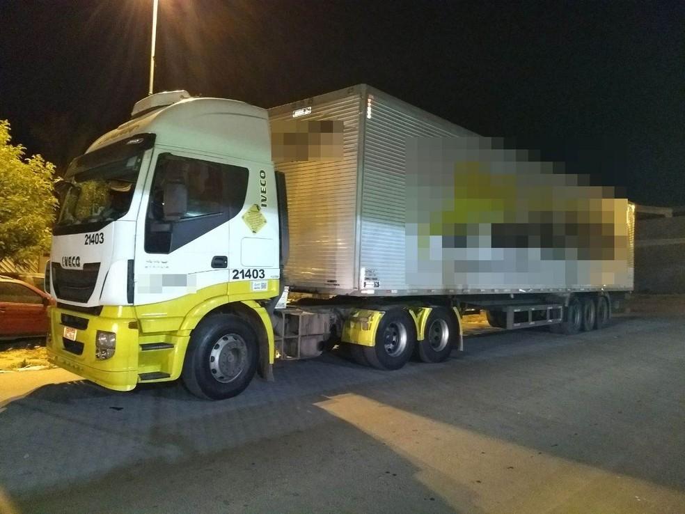 Caminhão roubado foi apreendido com os suspeitos em Cachoeirinha (Foto: Polícia Militar/Divulgação)