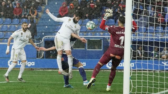 Isco cabeceia cruzamento de Modric que resulta no segundo gol do Real, marcado por Carvajal