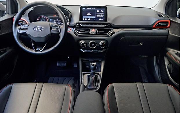 Hyundai HB20x - Interior do coreano é bem acabado, com peças bem encaixadas, macias ao toque, e bancos revestidos de couro.  (Foto: André Schaun)