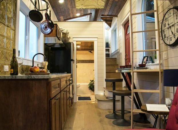 Uma escada estreita leva ao quarto de casal (Foto: Inhabitat/ Reprodução)