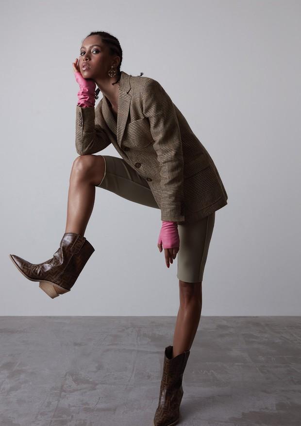 Blazer Ralph Lauren (R$ 2.990), bermuda Gloria Coelho (R$ 1.086), brincos (a partir de R$ 3.180) e luvas (a partir de R$ 6.470), ambos Chanel e botas Fendi (R$ 4.900) (Foto: Caroline Curti)
