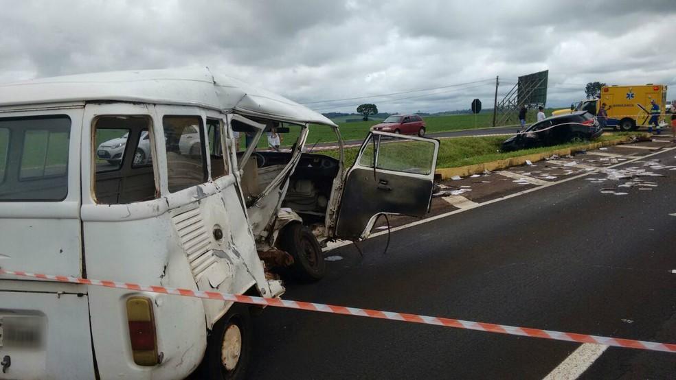 Kombi dirigida por ex-vereador de Ivatuba foi atingida na lateral, na PR-317, em Floresta, na manhã deste domingo (26); ele foi arremessado para fora do veículo e morreu no local (Foto: Adilson Marques/RPC)