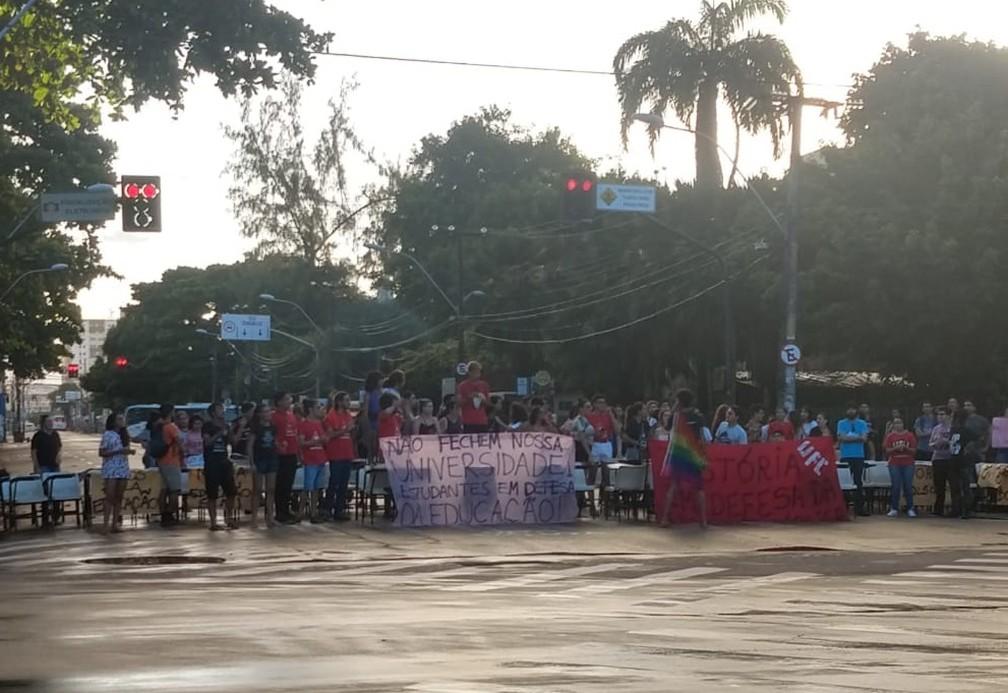 Manifestantes protestam contra bloqueios na educação  — Foto: Halisson Ferreira
