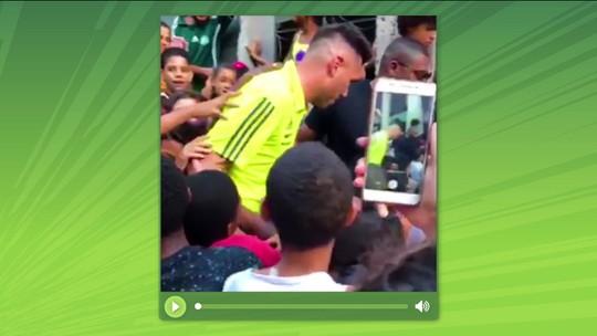 Éverton Ribeiro e Diego Alves distribuem chocolate no Morro do Borel