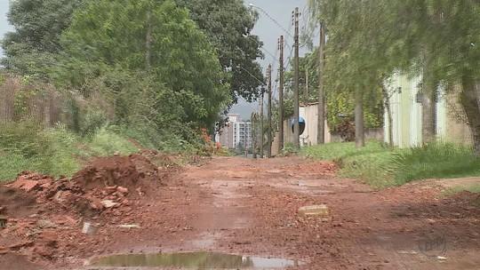 Falta de acabamento em obra de pavimentação gera queixas em Porto Ferreira, SP