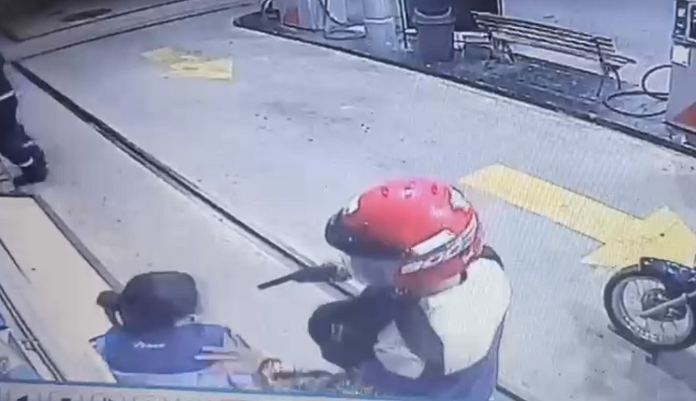 Assaltante aponta arma para frentista durante assalto em João Câmara, no Agreste potiguar — Foto: Reprodução/Inter TV Cabugi