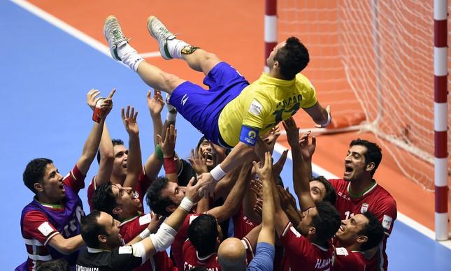 Idolatria: Falcão é jogado para o alto por jogadores do Irã