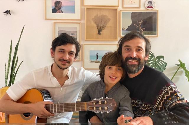Julio Andrade com o irmão, Ravel, e o filho, Joaquim (Foto: Divulgação/Globo)
